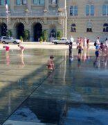 Einmalig glückliches Land, wo kleine Kinder auf dem Bundeshausplatz im Wasser spielen können
