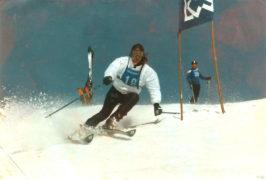 Skilehrerrennen - Fahrtwind - irgendwann in den 80ern - sieht fast wie Carving aus - zu viel Aussenski - eine Sekunde später schnappt die Bindung auf.