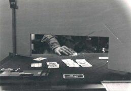 Nati A - Meisterschaften. Königsspiel Bridge - das muss bei Meisterschaften hinter Wänden durch einen Schlitz hindurch gespielt werden, damit dem Partner keine unerlaubten nonverbalen Zeichen gegeben werden können.