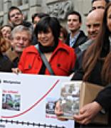 Beim Einreichen unserer Volksinitiative «Wohnen fuer alle» vor dem Zürcher Rathaus